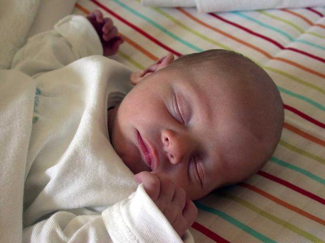 Tips om je pasgeboren baby goed te laten slapen